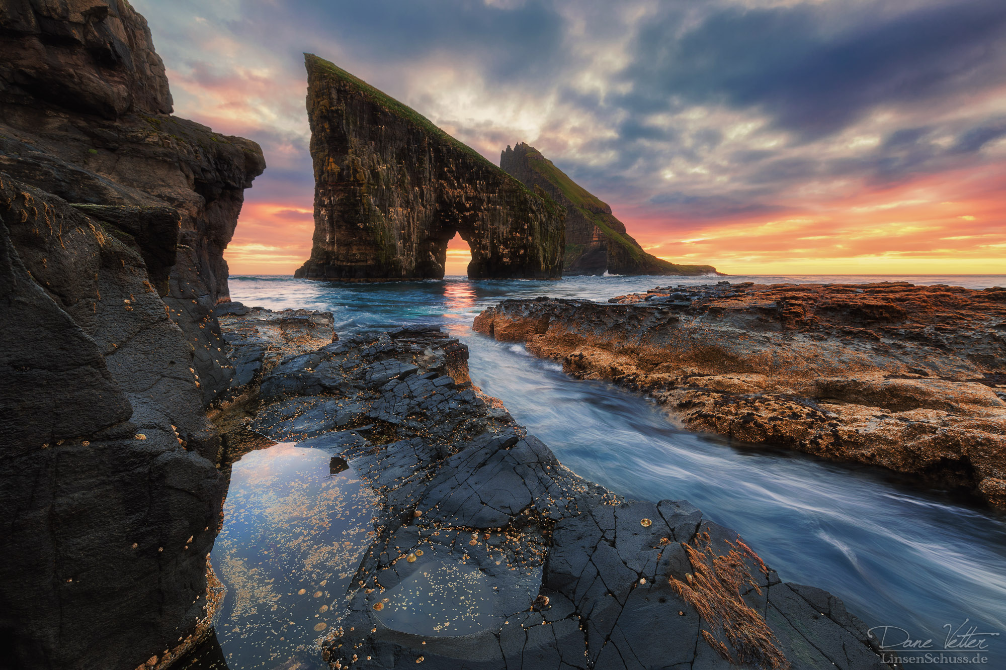 img/content/the_rock_arch_in_the_sea_by_linsenschuss-dby78ku.jpg